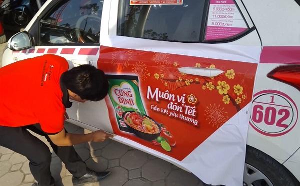 thi công quảng cáo trên taxi