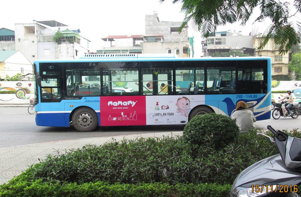 quang cao tren xe bus