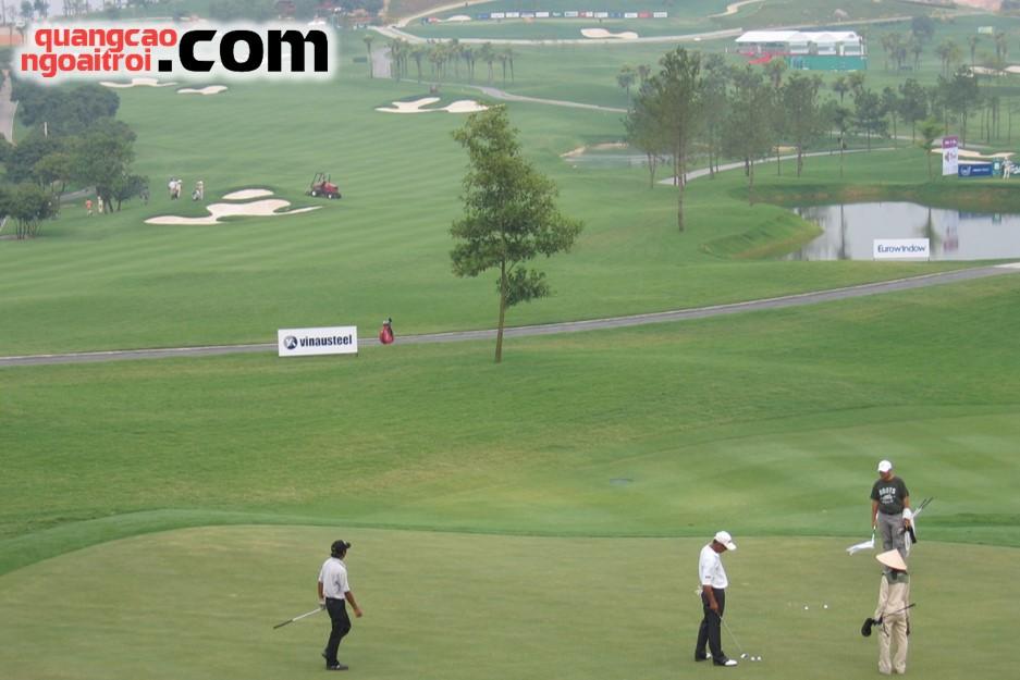 quảng cáo trên sân tập golf
