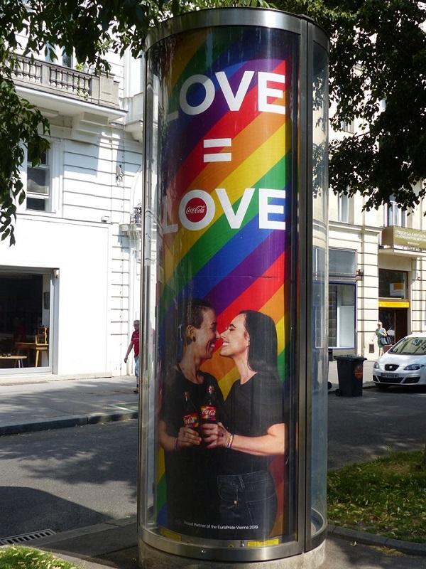 quảng cáo ngoài trời tôn vinh LGBTQ+