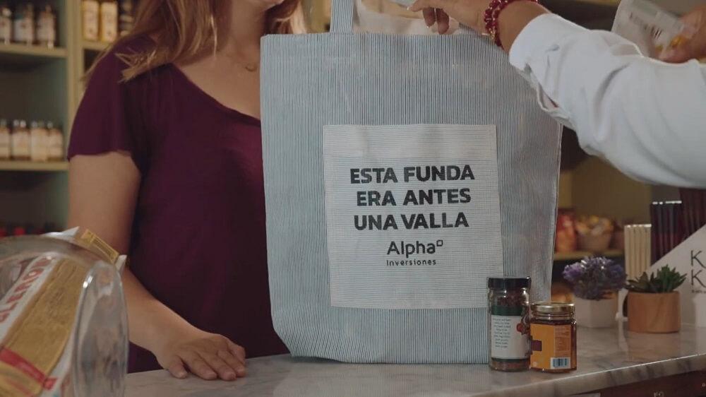 tái chế biển quảng cáo ngoài trời thành những chiếc túi sử dụng hằng ngày