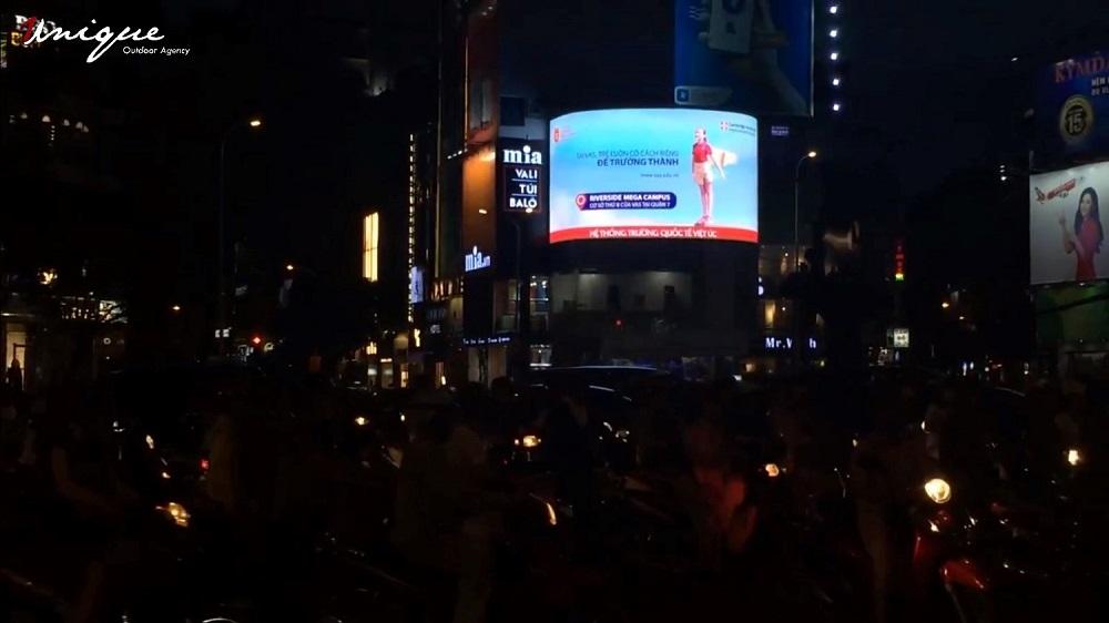 quảng cáo ngoài trời tại ngã 6 phù đổng