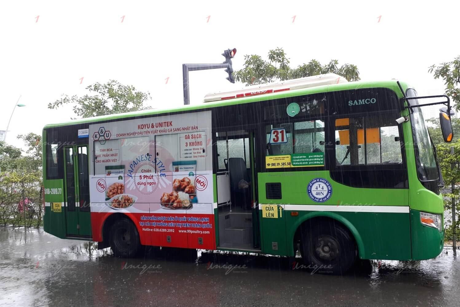 gà koyu quảng cáo trên xe buýt
