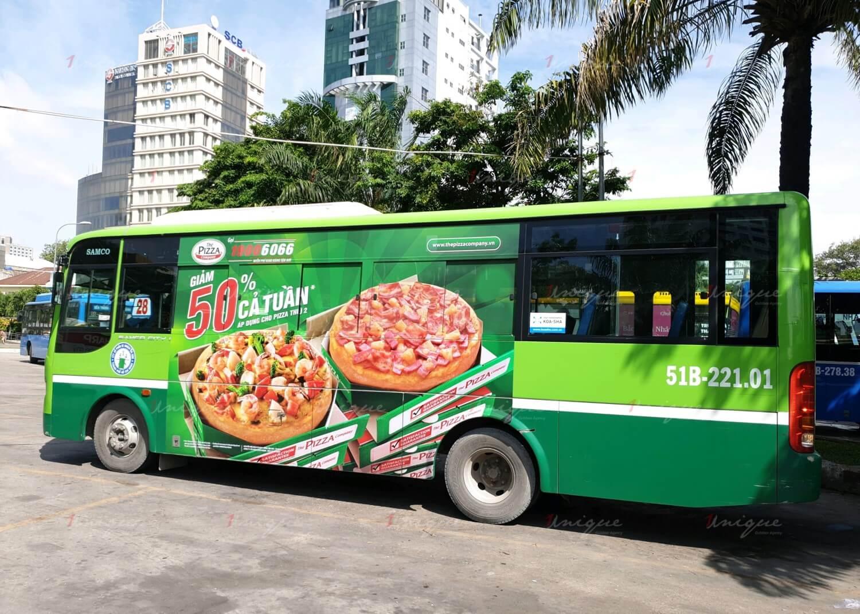 pizza company quảng cáo trên xe buýt