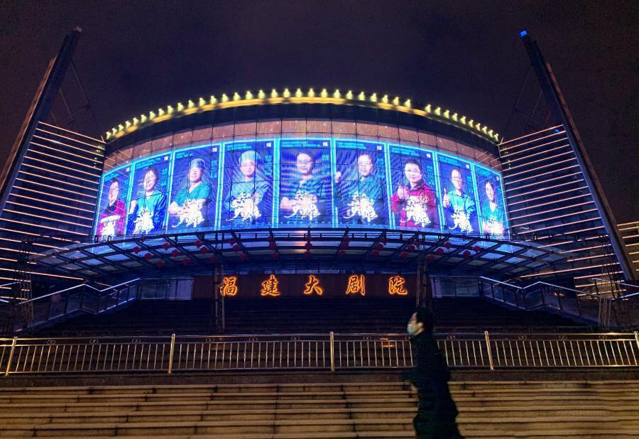 Trung Quốc thắp sáng 50.000 màn hình LED để vinh danh các nhân viên y tế