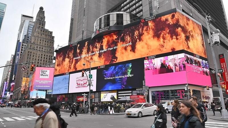 bảng quảng cáo ở quảng trường thời đại cảm ơn lính cứu hỏa