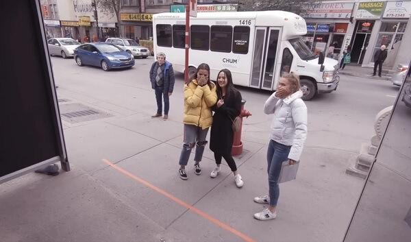 Bảng quảng cáo gây sốc cho người đi bộ ở Canada