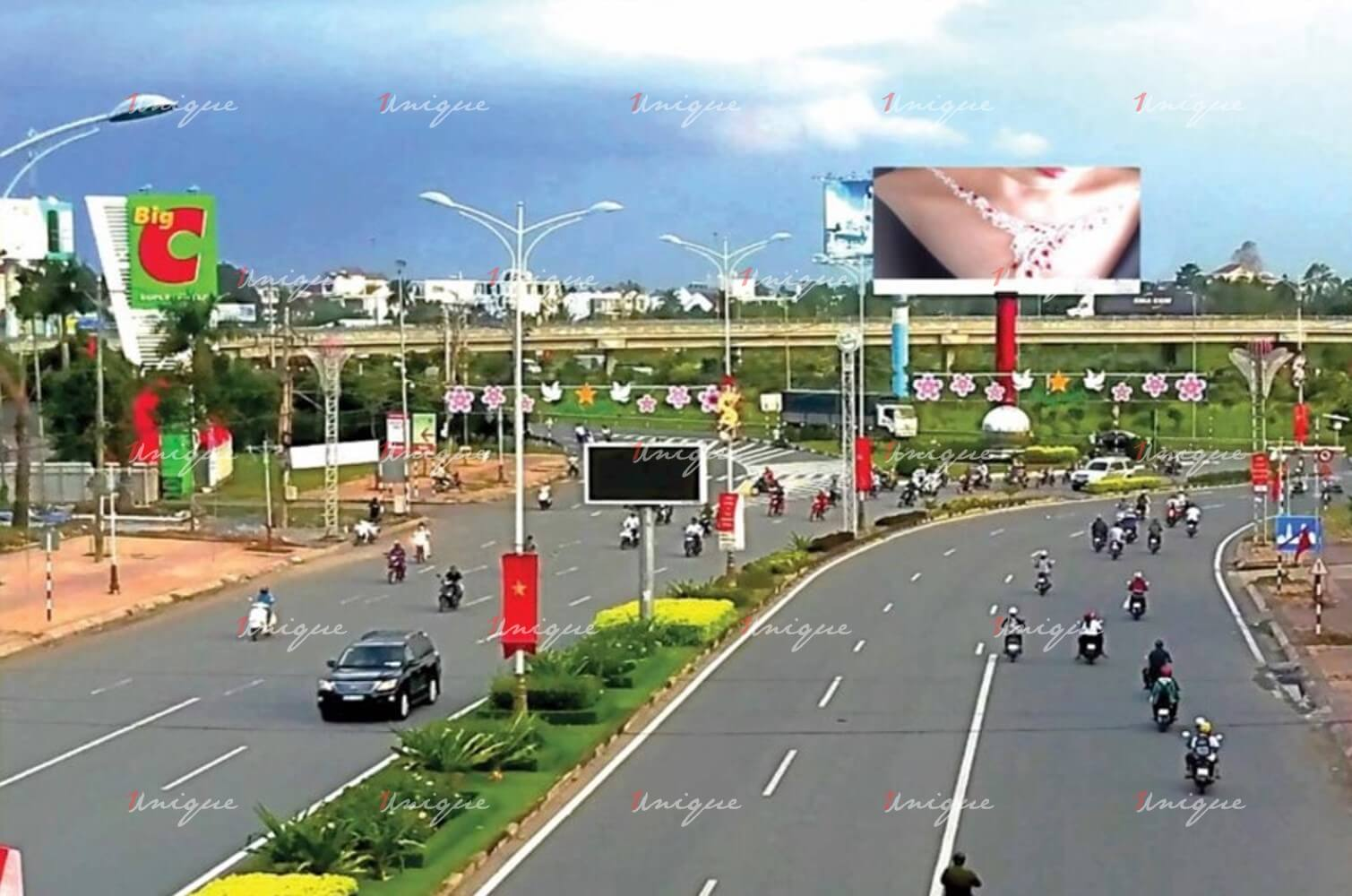 màn hình Led quảng cáo ngoài trời ngoài trời tại nút giao thông IC3 mang lại những hình ảnh quảng cáo vô cùng sống động, thu hút sự chú ý của những người tham gia lưu thông trên đường.
