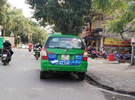 quảng cáo trên đuôi xe taxi