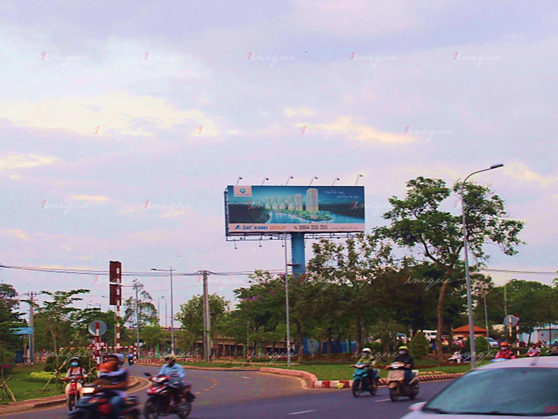 Billboard quảng cáo tại cầu Bình Triệu, quận Bình Thạnh