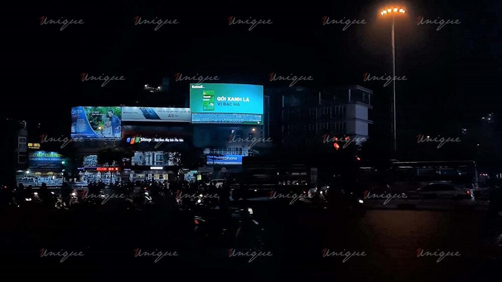 Thuốc dạ dày Kremil quảng cáo trên màn hình Led ngoài trời tại ngã bảy Ô Chợ Dừa