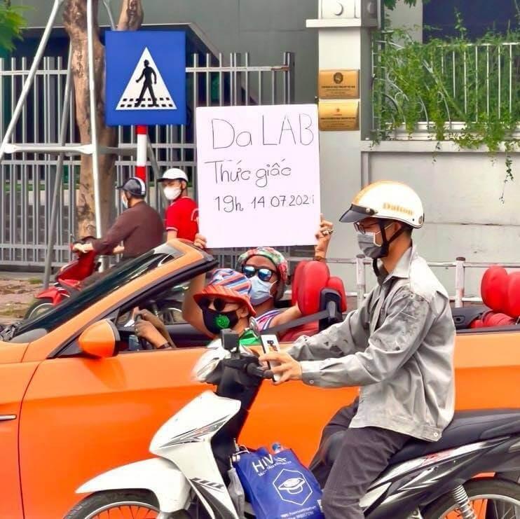 Da LAB cầm bảng quảng cáo viết tay xuống phố giới thiệu MV mới
