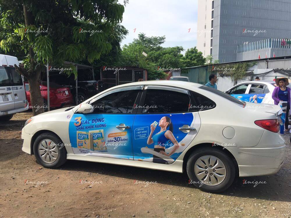 báo giá quảng cáo trên xe ô tô