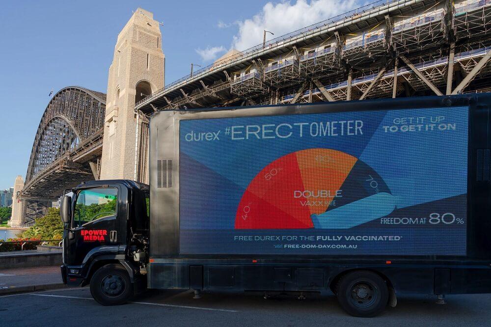 Bảng quảng cáo di động Durex #Erectometer khuyến khích mọi người tiêm đủ liều vắc xin